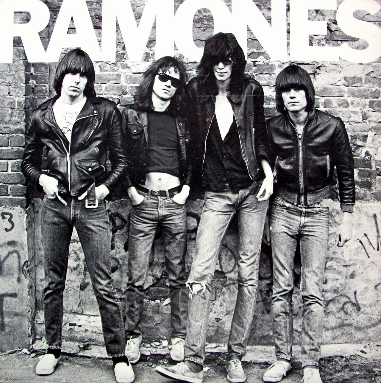 la celebre copertina dei ramones con i pacchi attillati, altro dogma dell'estetica punk